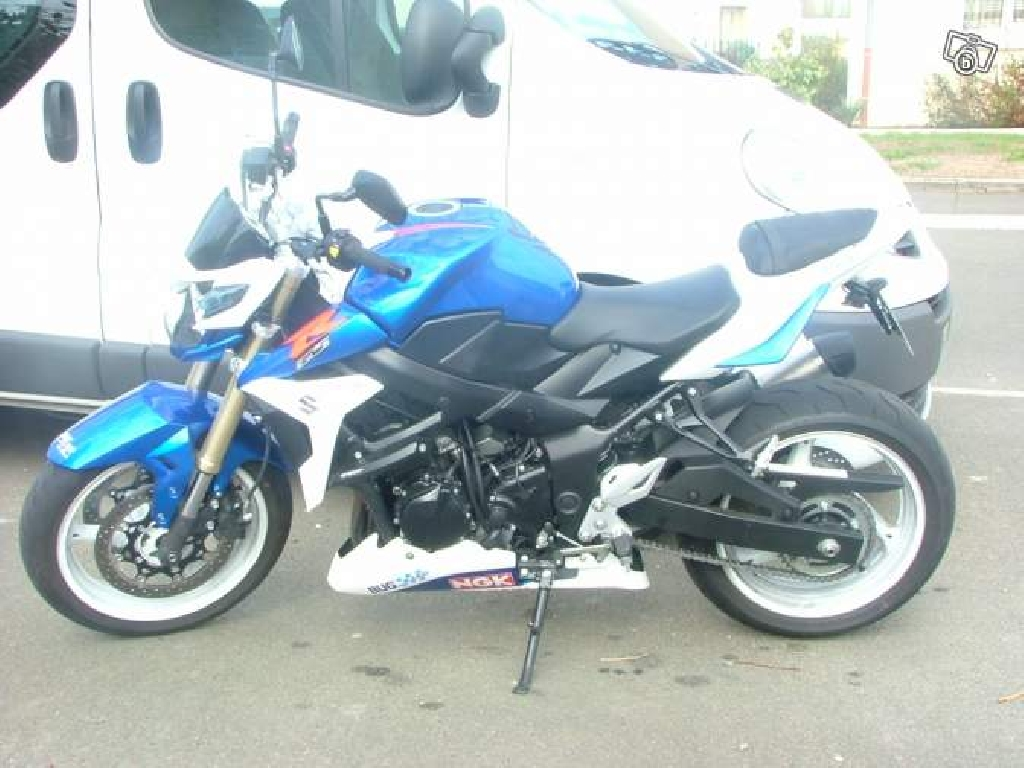 SUZUKI GSR 750  2011 photo 3